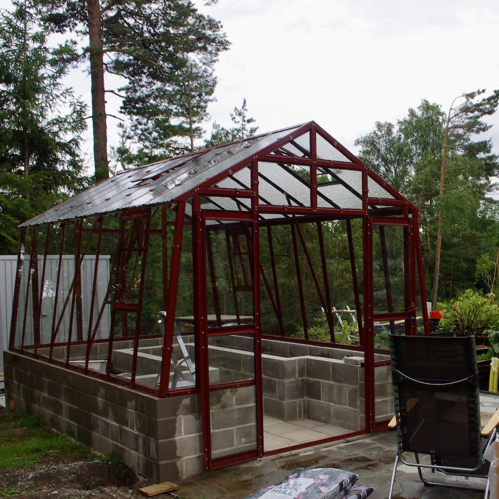 Det nya uppsatta växthuset från Grohus med inbyggda upphöjda bäddar och gott om ventilation.