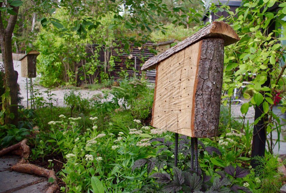 Insektshotell kan skapas för att passa varje trädgårdsdesign – Lyxmodell för framförallt solitärbina.